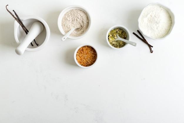 Organiczne naturalne składniki do wyrobu świeżego pieczywa domowej roboty