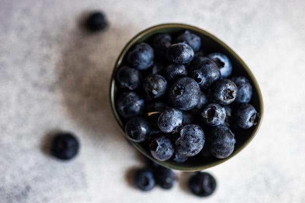Organiczne owoce czernicy na betonie z miejsca na kopię