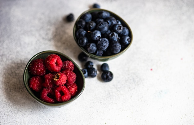 Organiczne owoce jagody i maliny na betonie z miejsca na kopię