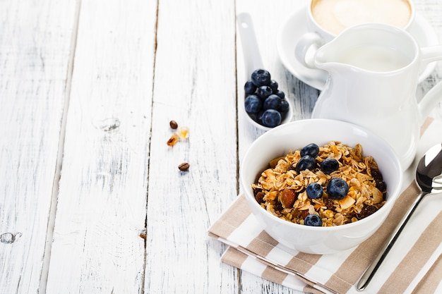 Organiczne płatki śniadaniowe z mlekiem orzechowym i jagodami