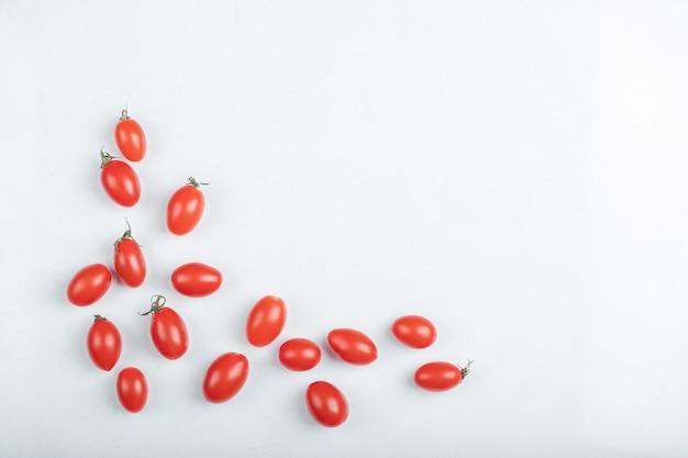 Organiczne pomidory czereśniowe na białym tle. wysokiej jakości zdjęcie