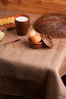 Organiczne produkty mleczne: mleko, ser, a także jajka, chleb. na stole