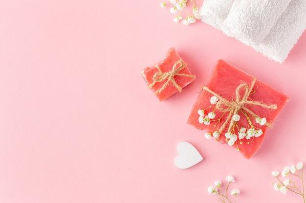 Organiczne, ręcznie robione mydła do kąpieli są wiązane naturalnym sznurkiem