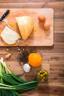 Organiczne składniki na drewnianym stole w kuchni.