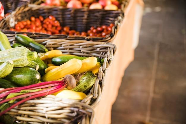 Organiczne smaczne warzywa w wiklinowym koszu na sprzedaż