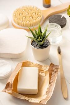 Organiczne spa kosmetyki i akcesoria higieny osobistej na białym tle.