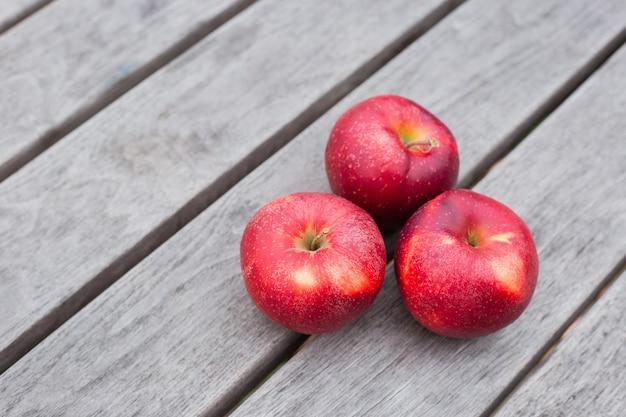 Organiczne świeże jabłka na podłoże drewniane. motyw koncepcja rolnictwa ze świeżych jabłek w przyrodzie