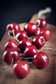 Organiczne świeże wiśnie na drewnianej desce do krojenia