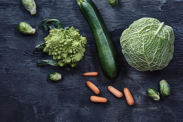 Organiczne warzywa na drewnianym stole. widok z góry