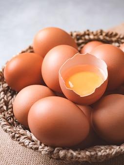 Organicznie kurczaków jajek składników karmowy pojęcie