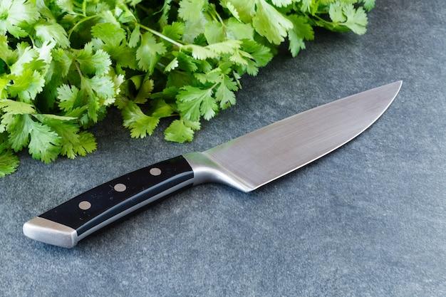 Organicznie włoska pietruszka na nieociosanym drewnianym stole z nożem