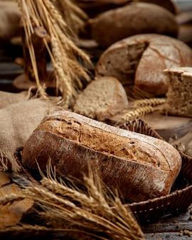 Organiczny chleb pełnoziarnisty ozdobiony zbożowymi uszami