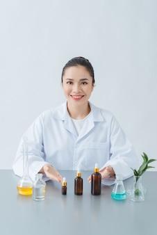 Organiczny kosmetyk naturalny w laboratorium do badań dermatologicznych. koncepcja piękna i opakowania