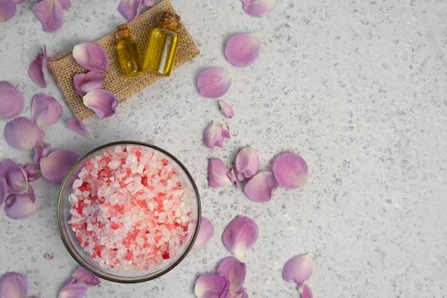 Organiczny kosmetyk z różanym olejem na szarym tle