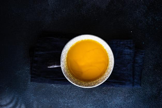 Organiczny napój energetyzujący mleko księżycowe ze składnikami na kamiennym stole