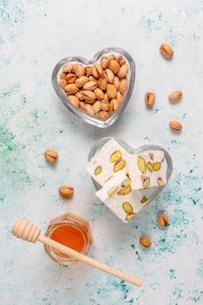 Organiczny nugat domowej roboty z miodem, pistacja, widok z góry