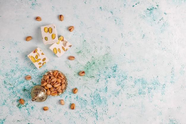 Organiczny nugat domowej roboty z miodem, pistacjami, widok z góry