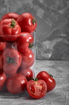 Organiczny pomidor scheda na rustykalnym ciemnym tle. serce red bulla.