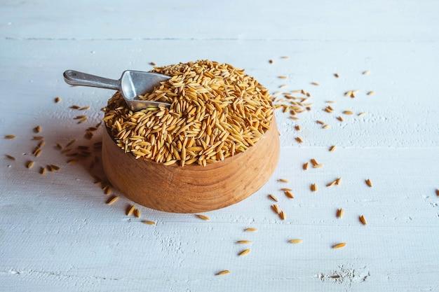 Organiczny ryżowy irlandczyk na drewnianym stole