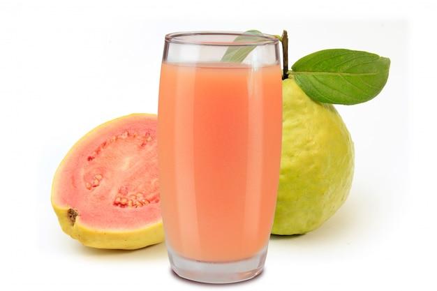 Organiczny sok guawa w szklanej filiżance odizolowywającej na bielu