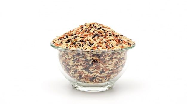 Organiczny trzy kolory (czerwony, czarny i brązowy) parzony ryż na białym tle.