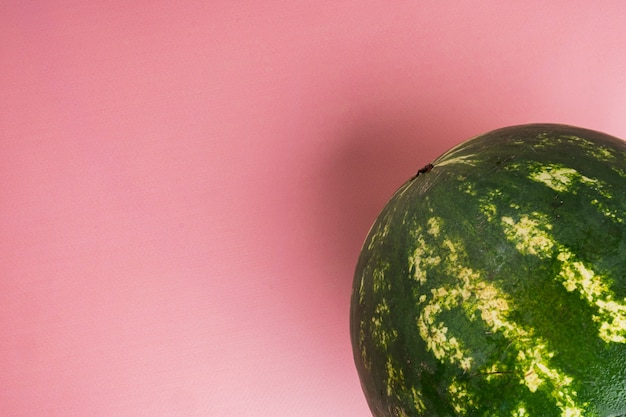 Organiczny zestaw arbuzów, na różowym tle z teksturą lato, z miejscem na kopię tekstu