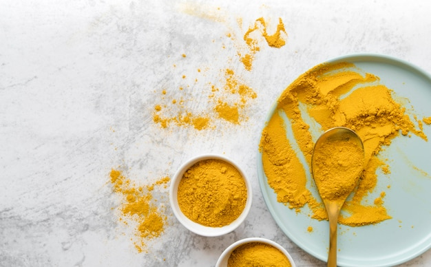 Organiczny żółty proszek żywnościowy leżał płasko