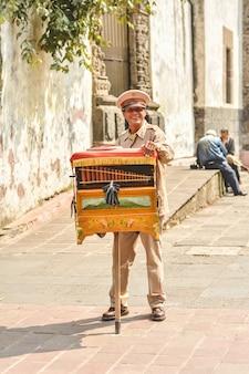 Organillero gra na hornanipanie w meksyku.