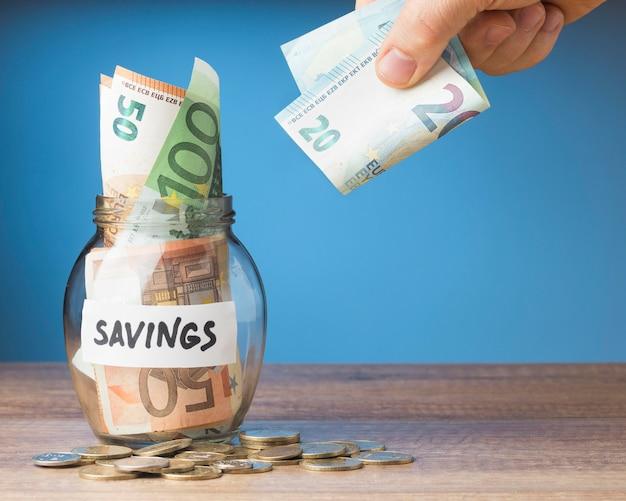 Organizacja finansów z oszczędnościami na banknotach