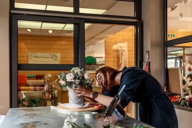Organizator wesela tworzy kompozycję w kwietniku do dekoracji podczas uroczystości. oryginalna koncepcja wystroju