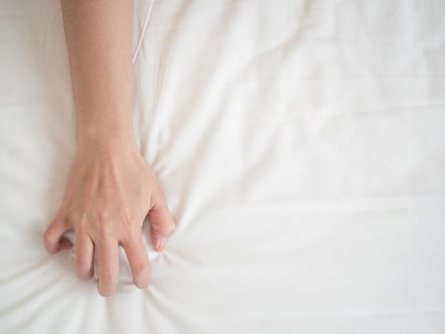 Orgazm ręka kobiety w pożądaniu i miłości