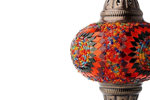 Orientalna lampa rzemieślnicza na białym tle