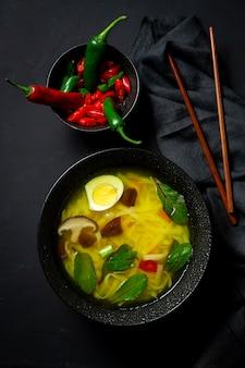 Orientalna zupa z makaronem w restauracji