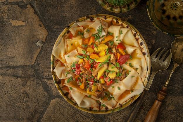 Orientalne dania na ozdobnych starych kafelkach. danie ciasta