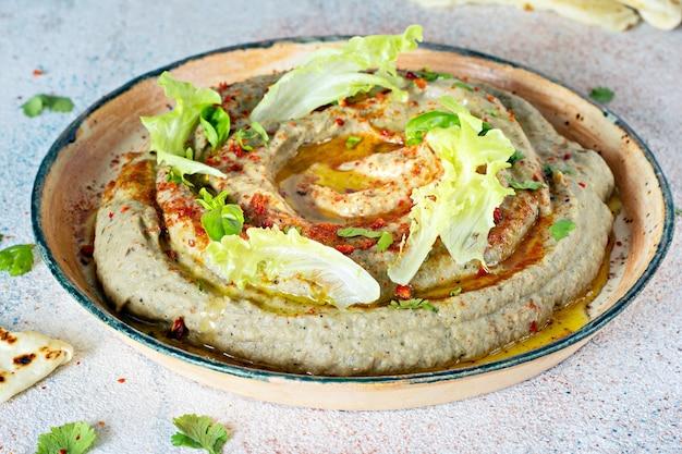 Orientalne danie z pieczonego bakłażana babaganush (puree z bakłażana)
