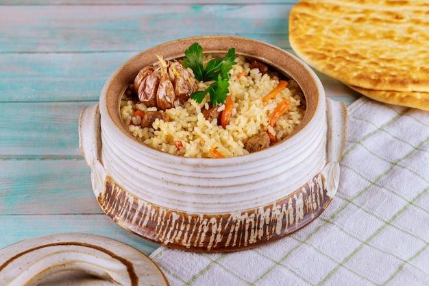 Orientalne danie z ryżem, marchewką, czosnkiem i mięsem.