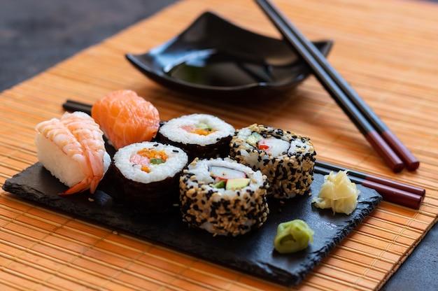 Orientalne japońskie jedzenie oparte na sushi, maki, nigiri, unagi, wasabi, ryżu i świeżych rybach