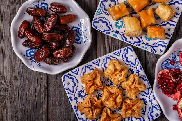 Orientalne słodycze z daktylami i granatem.