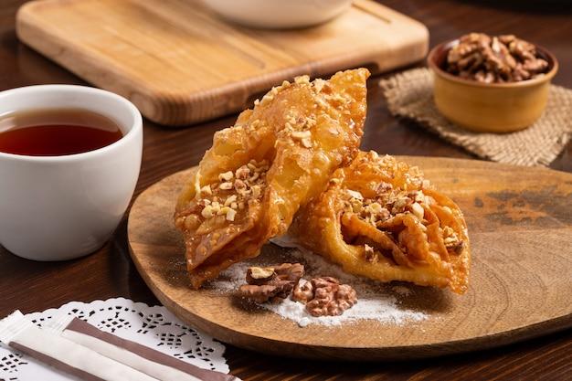 Orientalne słodycze z miodem i orzechami. ścieśniać