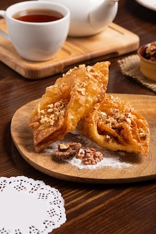 Orientalne słodycze z miodem, orzechami i filiżanką herbaty