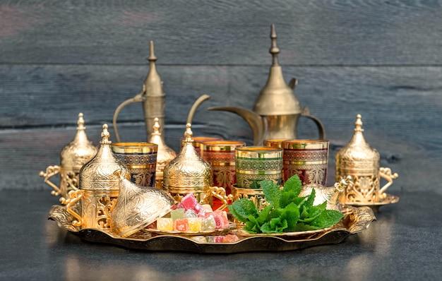 Orientalny stolik kawowy złote filiżanki zachwyca miętą ramadan