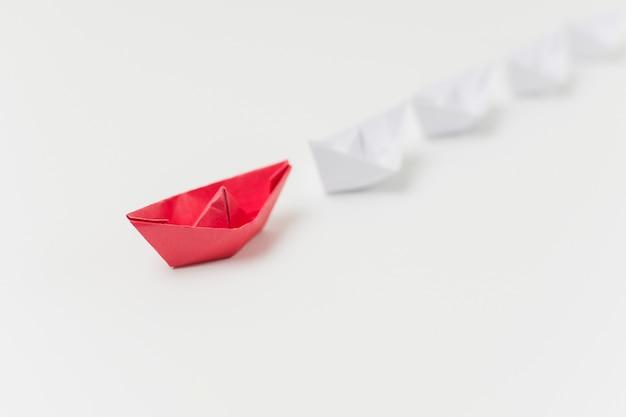 Origami łodzie reprezentujące koncepcję przywództwa