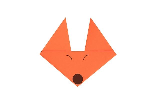 Origami papier fox twarz na białym tle. obraz ze ścieżką przycinającą