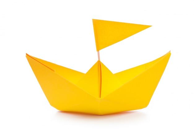 Origami papieru łódź odizolowywająca na bielu