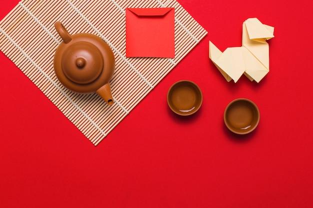 Origami pies w pobliżu zestaw herbaty i koperty