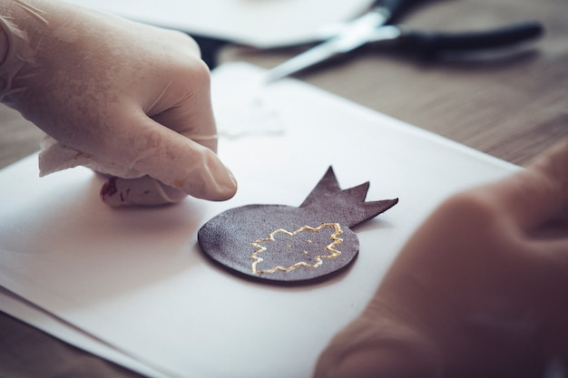 Origami w kształcie granatu na czystym papierze. wysokiej jakości zdjęcie
