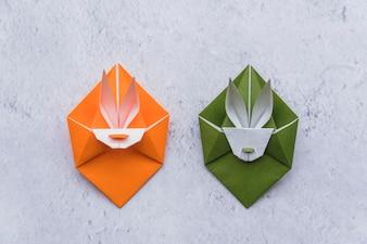 Origami zielonych i pomarańczowych królików