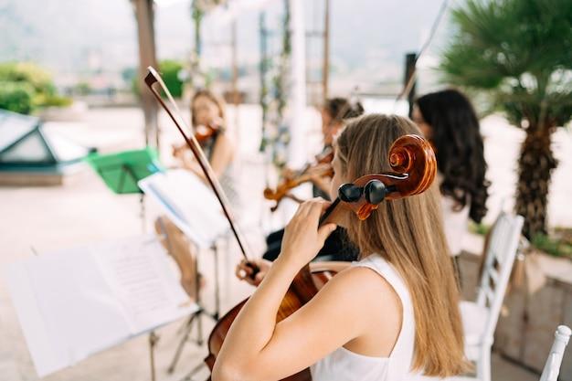 Orkiestra smyczkowa gra na weselu