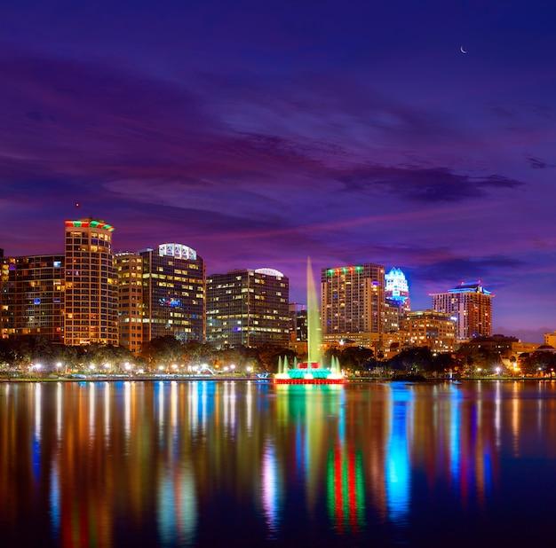 Orlando linii horyzontu zmierzch przy jeziornym eola floryda usa