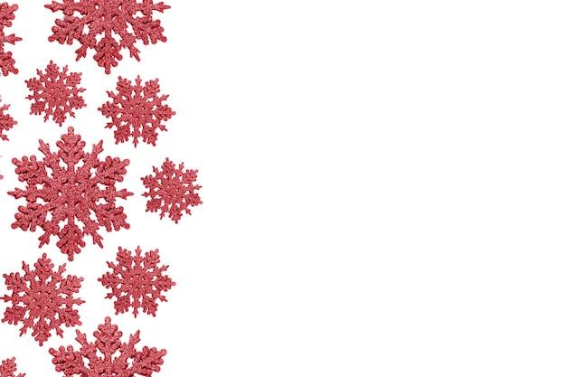 Ornament czerwony śnieżynka. koncepcja bożonarodzeniowa, minimalizm. skopiuj miejsce